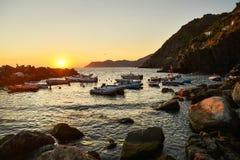 Cinque Terre Italien - 15th Augusti 2017: Seascape på solnedgången över Riomaggiore Fotografering för Bildbyråer