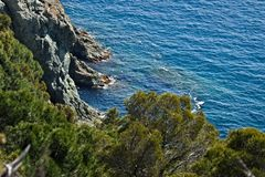 Cinque Terre, Liguria, turista carreg da balsa de Italy Um penhasco do mar com vegeta??o imagens de stock royalty free