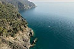 Cinque Terre, Ligurien, tragender Tourist der Italy Felsen, die das blaue Meer ?bersehen lizenzfreies stockfoto
