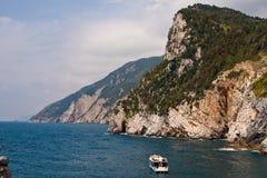 Cinque Terre met boot Royalty-vrije Stock Afbeeldingen