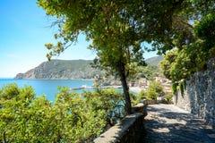 Cinque Terre: Pista de senderismo de Vernazza a la yegua del al de Monterosso, caminando en comienzo del verano en el paisaje med Imágenes de archivo libres de regalías