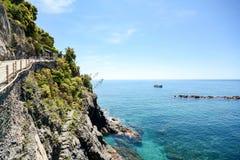 Cinque Terre: Pista de senderismo de Vernazza a la yegua del al de Monterosso, caminando en comienzo del verano en el paisaje med Foto de archivo