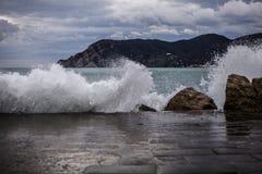 Cinque Terre, vagues photographie stock