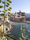 Cinque Terre, Vernazza, arquitectura da cidade e mar Ligurian imagens de stock