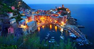 Cinque Terre, Vernazza en la hora azul Imagen de archivo libre de regalías