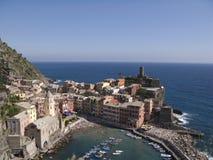 Cinque Terre, Vernazza, paesaggio urbano e mare ligure Fotografie Stock