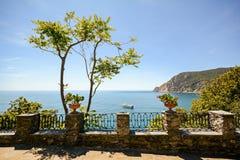 Cinque Terre: Vista al mare con un traghetto vicino alla giumenta di inizio dell'estate, Liguria Italia di Al di Monterosso Fotografia Stock Libera da Diritti