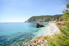 Cinque Terre: Vista a la playa de la yegua del al de Monterosso de la pista de senderismo de Vernazza en comienzo del verano, Lig Fotografía de archivo