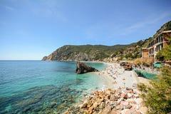 Cinque Terre: Widok plaża Monterosso al klacz w wczesnym lecie, Liguria Włochy Obraz Stock
