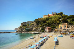 Cinque Terre: Widok plaża Monterosso al klacz w wczesnym lecie, Liguria Włochy Zdjęcie Stock