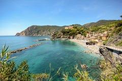 Cinque Terre: Widok plaża Monterosso al klacz w wczesnym lecie, Liguria Włochy Obrazy Stock