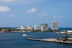 Cinque torrette bianche del condominio che aumentano sul litorale Fotografia Stock