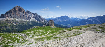 Cinque torri和Tofana massiv在白云岩阿尔卑斯,意大利 免版税图库摄影