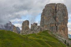Cinque Torri berg i en dimmig dag, Dolomites, Veneto, Italien Arkivbild