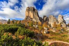 Cinque Torri con el cielo azul en el tiempo del otoño Foto de archivo libre de regalías