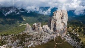 Cinque Torri Five Towers i ` Ampezzo, Dolomites för Cortina D, Arkivbild