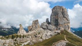 Cinque Torri Five Towers i ` Ampezzo, Dolomites för Cortina D, Arkivfoto