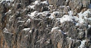 Cinque Torri majestosa próxima aérea lenta monta o penhasco rochoso íngreme Dia ensolarado com céu nebuloso Cumes do italiano das filme