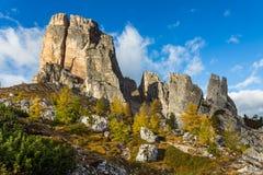 Cinque Torri mit blauem Himmel zur Herbstzeit Stockfotos