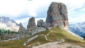 Cinque Torri panoramasikt på Dolomitien Italien stock video