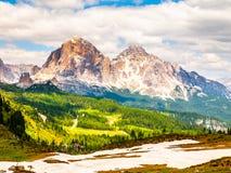 Cinque Torri-rotstorens en Tofana-Bergen op zonnige de zomerdag, Dolomiet, Italië stock foto