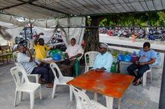Cinque uomini che si siedono in caffè tipico dei bacini Immagini Stock Libere da Diritti