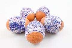 Cinque uova di Pasqua colorate in un cerchio fotografia stock