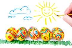 Cinque uova di Pasqua su erba, sole in cielo Immagine Stock Libera da Diritti