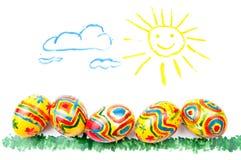 Cinque uova di Pasqua su erba, sole in cielo Fotografia Stock