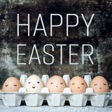 Cinque uova di Pasqua sveglie naturali con i fronti, pasqua felice retro Fotografia Stock Libera da Diritti
