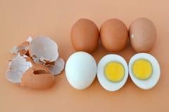 Cinque uova marroni bollite dure del pollo su un fondo marrone immagine stock