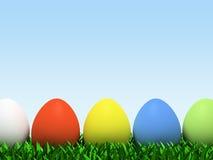 Cinque uova variopinte nella riga isolate su priorità bassa bianca Immagine Stock