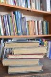 Cinque vecchi libri in una biblioteca Fotografia Stock Libera da Diritti
