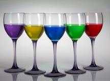 Cinque vetri di vino con i colori Fotografia Stock Libera da Diritti
