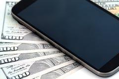 Cinquecento dollari e telefono cellulare Fotografie Stock Libere da Diritti