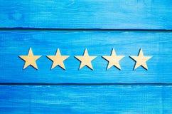 Cinquième étoile Le statut de qualité est cinq étoiles Une nouvelle étoile, accomplissement, reconnaissance universelle Le critiq images libres de droits