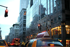 Cinquième Avenue au crépuscule, New York image stock
