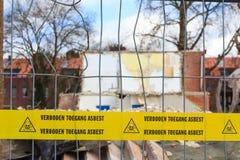 Cinta amarilla con el texto holandés ningún asbesto de violación Imagen de archivo