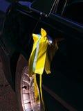 Cinta amarilla de la boda en puerta de coche negra Imagen de archivo libre de regalías