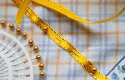Cinta amarilla fijada al paño de algodón Foto de archivo libre de regalías