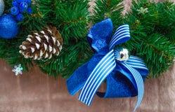Cinta azul de la Navidad en rama de árbol verde del Año Nuevo Fotografía de archivo