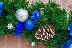 Cinta azul de la Navidad en rama de árbol verde del Año Nuevo Fotos de archivo