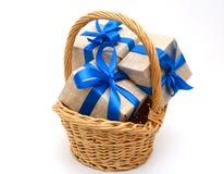 Cinta azul envuelta regalo con el arco Foto de archivo libre de regalías