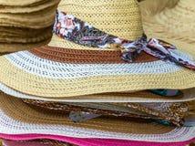 Cinta brimmed ancha de la mujer elegante del sombrero de paja del verano foto de archivo