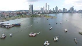 Cinta costera del balboa de la avenida de Panamá con los barcos y el mar almacen de metraje de vídeo