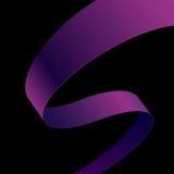 Cinta curvada tela púrpura en fondo negro Imagenes de archivo