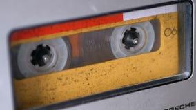 Cinta de audio La grabadora del vintage juega el casete audio insertado en esto almacen de metraje de vídeo