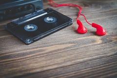 Cinta de casete audio con el jugador en una tabla Fotos de archivo