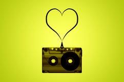 Cinta de casete audio transparente con el corazón hecho de la cinta Imagen de archivo
