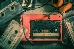 Cinta de casete con el walkman y los auriculares Fotografía de archivo